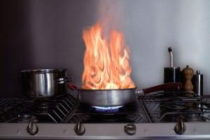 """Der Rauchwarnmelder """"HSRM3000"""" von ABUS etwa verfügt über eine kombinierte Rauch- und Hitzewarn-Sensorik und eignet sich deshalb auch für den Einsatz in der Küche. Foto: djd/ABUS"""