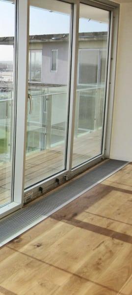 Für Glasfassaden geeignet: Der Bodenkonvektor UFK Q-HK besitzt eine Gebläsefunktion zum Heizen und Kühlen. (Foto: epr/JOCO)