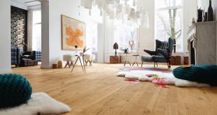 Holzfußböden mit strukturierten, gesägten oder gebürsteten Oberflächen liegen aufgrund der natürlichen Optik derzeit im Trend. Bild: tdx/GD Holz e.V./MeisterWerke Schulte GmbH