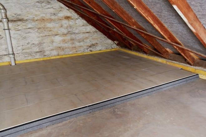 Dank der harten Gipsfaserplatten sind die gedämmten Flächen sofort begehbar und das Dachgeschoss kann zur Lagerung leichterer Gegenstände genutzt werden. (Foto: Saint-Gobain Rigips GmbH)