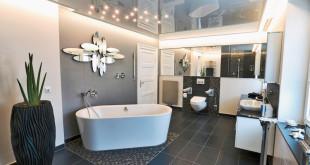 Baden unter dem Sternenhimmel! Die hochglänzende Decke mit individuell platzierten LED-Spots harmoniert ideal zu dem modernen Ambiente im Bad. (Foto: epr/PLAMECO)