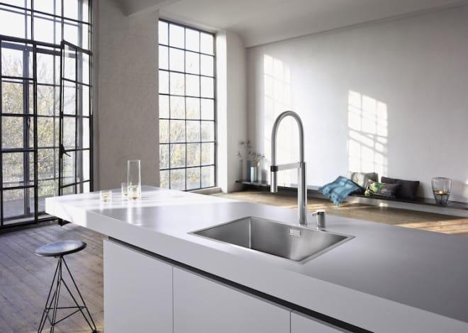 Während klassisch flächenbündige Spülen vornehmlich in Natur- oder Kunststein-Arbeitsplatten eingebaut werden können, sind IF-Spülen problemlos mit anderen Materialien zu kombinieren, zum Beispiel mit Laminat oder Holz. Bild: tdx/Blanco