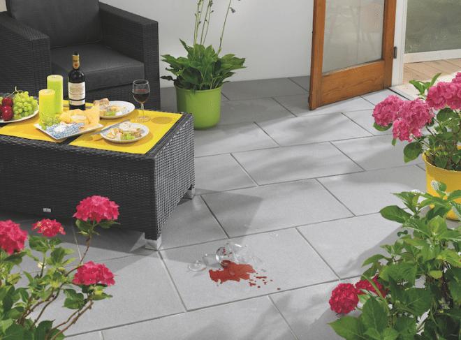 Ein Wisch und alles ist sauber: Cleankeeper plus schützt die Oberfläche der Terrassenplatten vor dem Eindringen von Verschmutzungen. Foto: Kann/akz-o