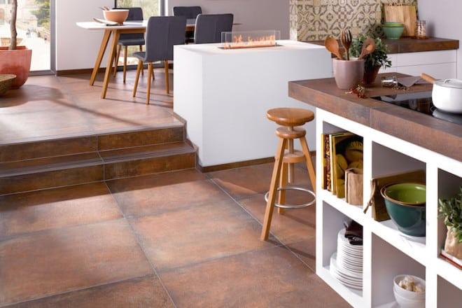 Moderne Fliesen verbinden Küche mit dem Wohn- und Essbereich