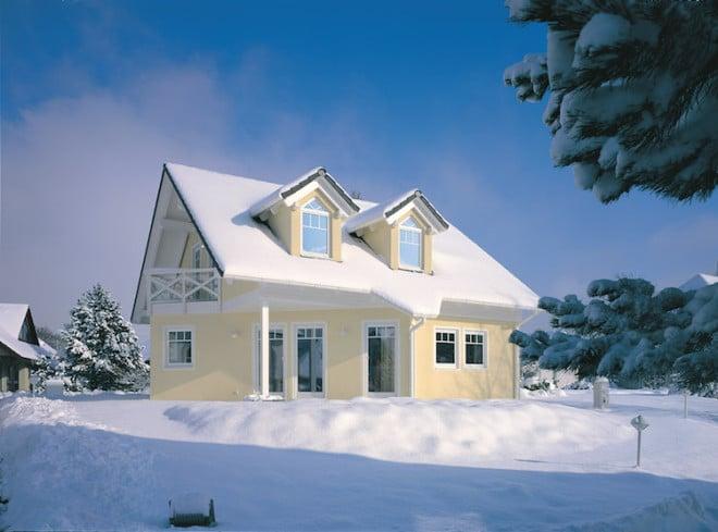 Ein ausreichend großer Dachüberstand sollte als ein zentraler Bestandteil der Gebäudekonstruktion eingeplant werden. So werden Schnee, Regen oder Hagel zu einem großen Teil von der Fassade ferngehalten. Bild: tdx/dach.de
