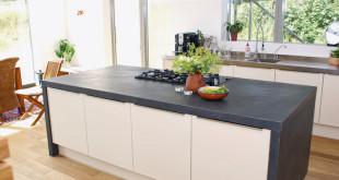 Eine Arbeitsplatte aus Schiefer ist nicht nur optisch ein Hingucker, sondern überdies sehr pflegeleicht. Die Küche gewinnt an Wohnwert. (Foto: epr/STONEGATE)