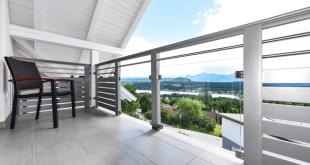 Foto: Die in das Balkongeländer integrierten, großen Klarglasflächen ermöglichen den weitläufigen Ausblick vom Balkon. Rechts- und linksseitig montierte Aluminiumlamellen schützen dennoch vor neugierigen Blicken. Bild: tdx/Leeb Balkone