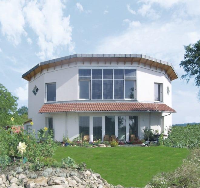 Der Einbruchschutz eines Gebäudes hat hohe Priorität – besonders wichtig ist er bei freistehenden Einfamilienhäusern, die für Langfinger besonders attraktiv sind. (Foto: epr/Bundesverband Kalksandsteinindustrie e.V.)