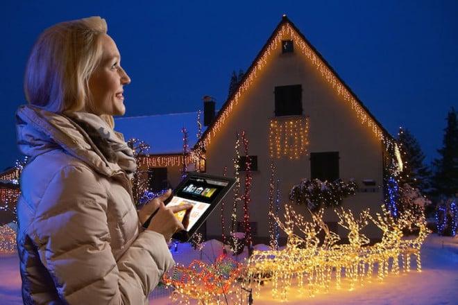 Effiziente LED-Weihnachtsbeleuchtungen lassen sich mit der automatischen Steuerung über ein Smart Home-System noch sparsamer betreiben. Foto: djd/somfy