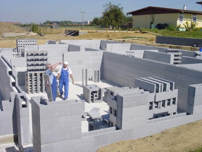 Die hochwärmegedämmten Neopor®-Schalungselemente kommen unverfüllt zur Baustelle. Daher haben sie ein geringes Gewicht und können auch durch Nicht-Fachleute leicht und innerhalb kurzer Zeit verarbeitet werden. (Foto: epr/Argisol)