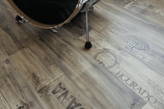 Laminat – überraschend anders: Immer beliebter am Boden sind Kreativdekore wie Weinkisten, Kaffeesäcke oder Segeltuch. Foto: Kaindl/akz-o