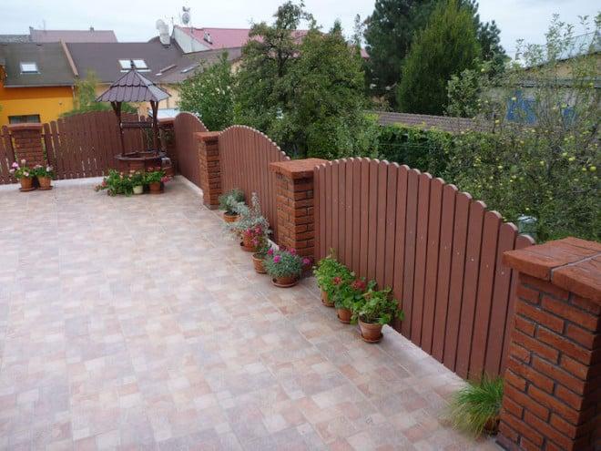 Für den Besitzer dieser Terrasse heißt es: genießen statt streichen. Denn die witterungsbeständigen Kunststoffzaunlatten sind wartungsfrei und langlebig. (Foto: epr/Nie-mehr-streichen.de)