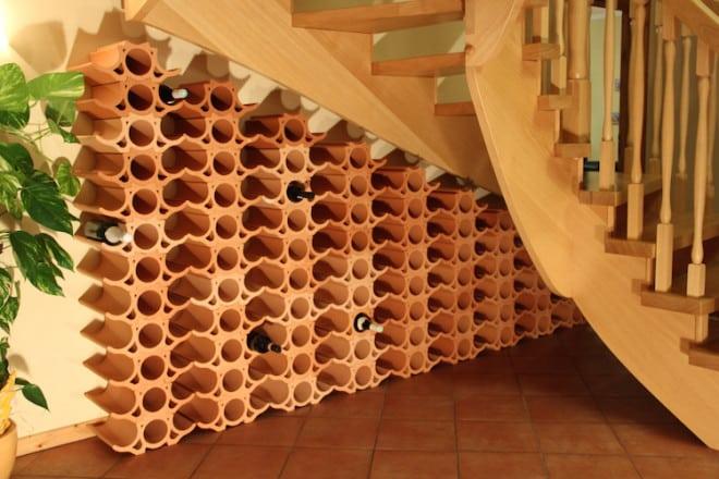Durch die modulare Aufbauweise passen sich die Weinlagersteine sämtlichen Bedürfnissen und Raumgrößen optimal an – auch unter der Treppe. (Foto: epr/Rimini Baustoffe)