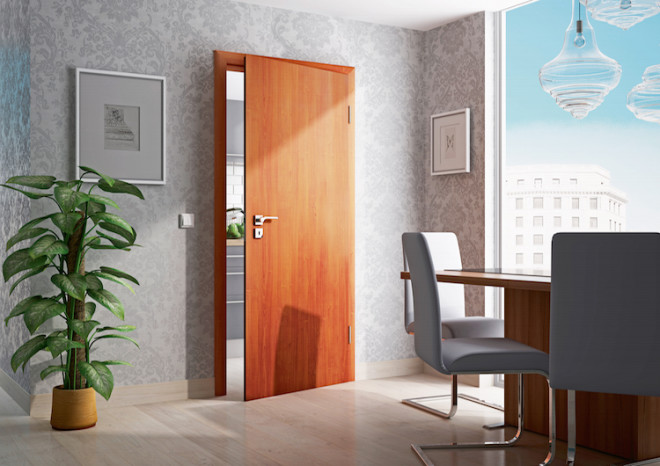 """Die naturgetreue Holznachbildung der renovierten Tür im Portas-Dessin """"Piemont Kirschbaum"""" vermittelt – sowohl beim Anblick als auch beim Berühren – den authentischen Eindruck einer Echtholz-Oberfläche. Sie verleiht dem hochmodern eingerichteten Raum einen gemütlichen Touch. (Foto: epr/PORTAS)"""