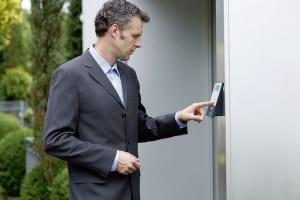 Mehr Komfort und Sicherheit: Elektronische Türschlösser, die sich in den meisten Haustüren nachrüsten lassen, öffnen und schließen per PIN-Code oder Fingerabdruck. Foto: djd/Burg-Wächter