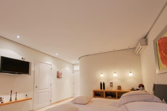 Süße Träume vorprogrammiert: Das Design der Decke im Schlafzimmer wirkt sich maßgeblich darauf aus, ob wir uns darin wohlfühlen und entspannt schlafen können oder uns lange hin und her wälzen. (Foto: epr/PLAMECO)