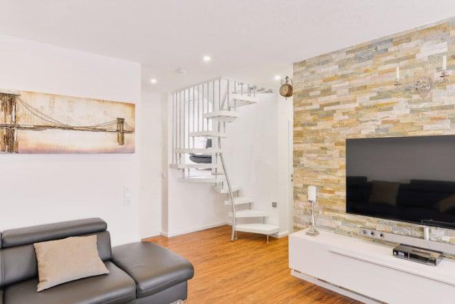 """Die """"1-m²-Treppe"""" vereint Design und Funktion in einem handlichen Format und garantiert bei einem minimalen Bedarf an Platz eine außerordentlich bequeme Begehbarkeit der Treppe – sowohl in der Aufwärts- als auch in der Abwärtsbewegung. (Foto: epr/Kenngott)"""