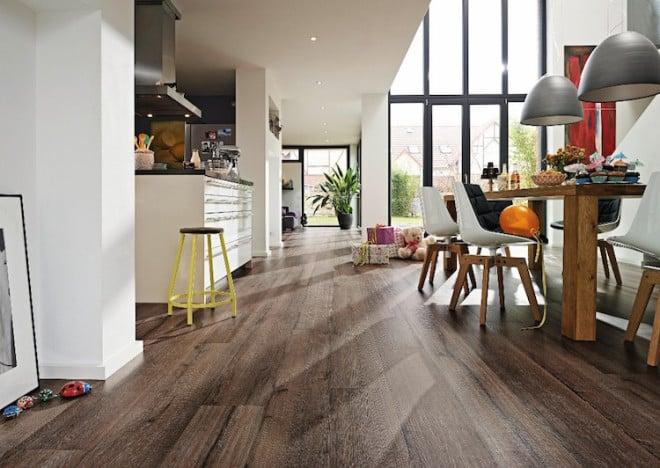 Holz zeichnet sich durch seine Haptik und Natürlichkeit aus. Entscheidet man sich für einen Fußboden aus Altholz entsteht zusätzlich eine rustikale Wärme und es scheint, als ob die Historie des Holzes unter den Füßen zu spüren ist. Bild: tdx/Meister/GD Holz e.V.