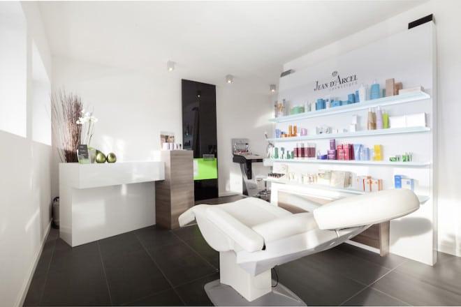 Wohnen und arbeiten unter einem Dach: Im Keller befindet sich das Kosmetikstudio der Hausherrin; im Erd- und Dachgeschoss sind die Wohn-, Ess- und Schlafbereiche der Familie. (Foto: epr/Wolf-Haus)