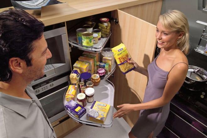 Schränke mit extragroßen Auszügen machen sich in der tagtäglichen Benutzung in der Küche bezahlt. Unterstützung für die eigene Planung gibt es in spezialisierten Tischlerbetrieben vor Ort. Foto: djd/TopaTeam/Nolte