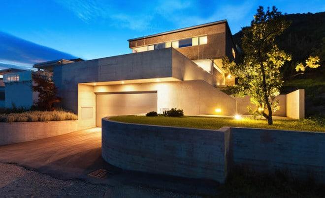 Lichtakzente rund ums Haus wirken sehr eindrucksvoll. Zudem sorgt die umfassende Beleuchtung dafür, dass man sich auch am Abend stolperfrei draußen bewegen kann. Bild: tdx/homesolute.com/Fotolia