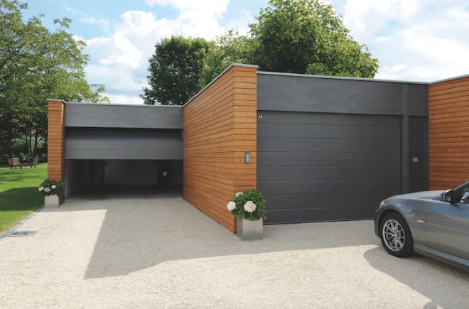 Eine Garage eignet sich nicht nur als Abstellraum für das Auto, sondern auch als Aufbewahrungsort für Gartengeräte, Werkzeug oder Fahrräder. Bild: tdx/Teckentrup/i&M Bauzentrum