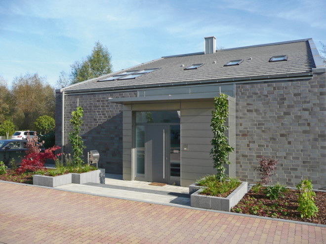 Bedürfen die Fassade oder das Dach einer Modernisierung, empfiehlt sich eine Neugestaltung mit Titanzink. Die Legierung ist pflege- und wartungsfrei, überdauert mühelos viele Jahrzehnte und trägt mit ihrer edlen Optik zur langfristigen Werterhaltung der Immobilie bei. (Foto: epr/NedZink)