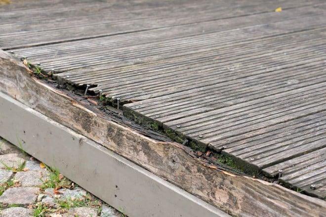 Wenn Holz sichtbar verwittert ist, ist oftmals eine aufwändige Modernisierung fällig - eine gute Alternative sind witterungsbeständige Materialien in natürlicher Holzoptik. Foto: djd/www.megawood.com