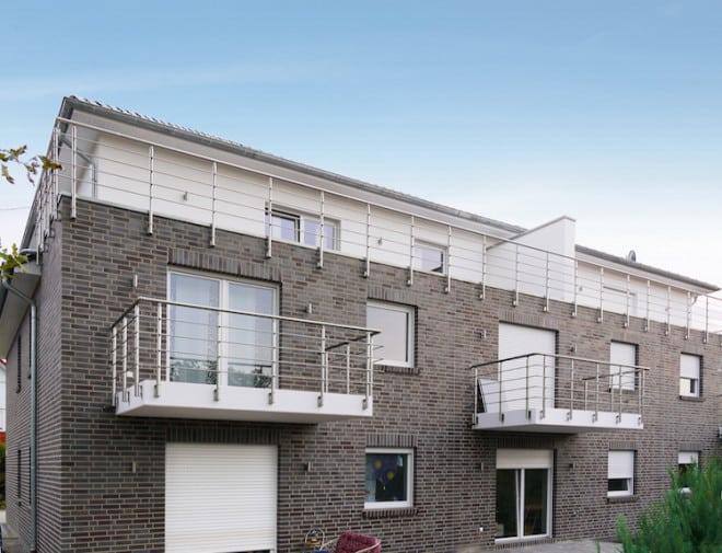 So wie die Gestaltung mit Pflanzen, Tischen und Stühlen auf dem Balkon die Atmosphäre beeinflusst, so bestimmt die Balkonbrüstung wesentlich den Charakter des Sommerzimmers. Ein Aluminium-Geländersystem eignet sich besonders für eine lichte Architektur. (Foto: epr/KuPro GmbH)