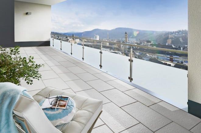 Leichtgewichte: Die ultradünnen AVELINA®-XL-Platten mit Oberfläche in Feinstruktur eignen sich baulich ideal für den Balkon und unterstreichen den modernen Stil. (Foto: epr/KOLL)