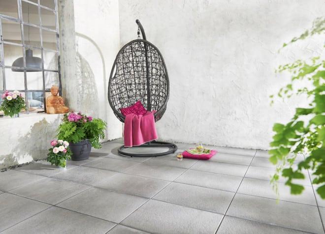 Das XL-Längsformat 60x40 Zentimeter ist angesagt. Die Beton-Platten – hier in Feinstruktur Steel Grey – sind aufgrund ihrer geringen Aufbauhöhe auch im Großformat extrem leicht und lassen sich flexibel einbringen. (Foto: epr/KOLL)