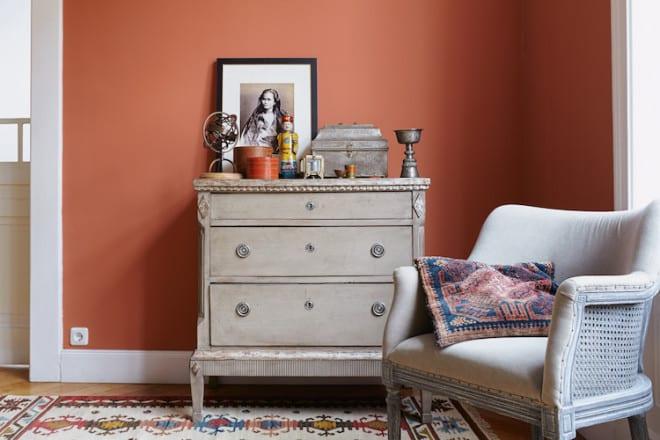 """Farbton Nummer 26 """"Duft des Orients"""": Umgeben von einer Wand in einem leuchtenden, rotorangenen Farbton wird jedem Hausbewohner warm um das Herz. (Foto: epr/Alpina)"""