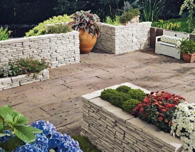 Ziermauern aus Betonstein setzen eindrucksvolle Akzente und stellen nicht nur aus dekorativer Sicht eine Bereicherung für den Garten dar, sondern auch hinsichtlich ihrer Funktion. (Foto: epr/BetonBild)