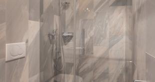 Mit dem bodenebenen Duschplatz und der Duschkabine Pasa ist ein barrierefreier Duschbereich entstanden, der sich harmonisch in das Bad integriert. Foto: Kermi GmbH/akz-o
