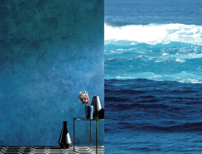 """Extravagante Tiefenwirkung: Die blaue Wandfläche in Stucco Satinato erinnert an bewegtes Wasser. Die Spachteltechnik im Farbton 3D Lazur 125 wurde zusätzlich mit einer Wachsschicht geschützt, die durch die Zugabe des Effektpigments """"Switch Lagoon"""" zweifarbig changiert. Dadurch erscheint die Wandoberfläche je nach Blickwinkel in unterschiedlichen Blau- oder Grüntönen. Foto: Caparol Farben Lacke Bautenschutz/akz-o"""