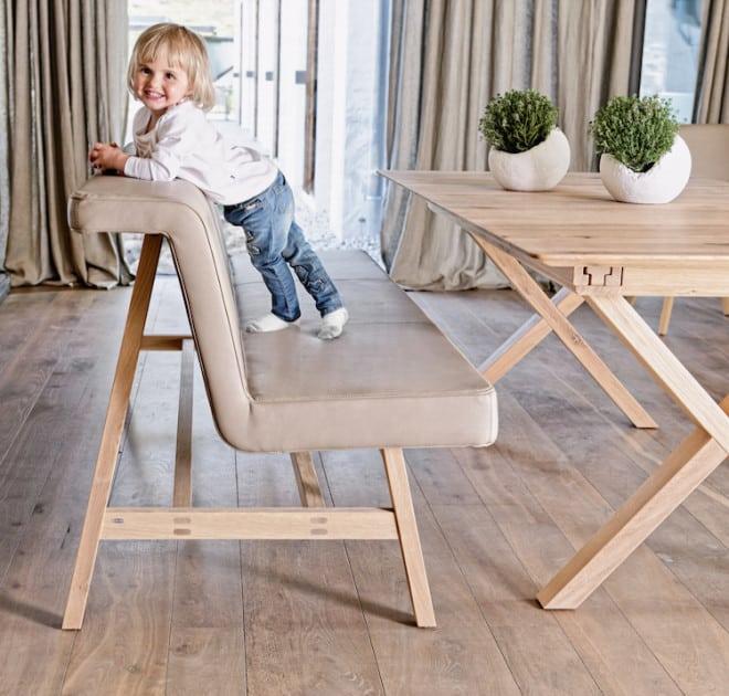Möbel zum Leben: Die Bank V-Solid kombiniert Ästhetik und Individualität. Ihr ausladender, fein gestalteter Polsterkörper bietet hohen Sitz- und Lümmel-Komfort. (Foto: epr/Voglauer)