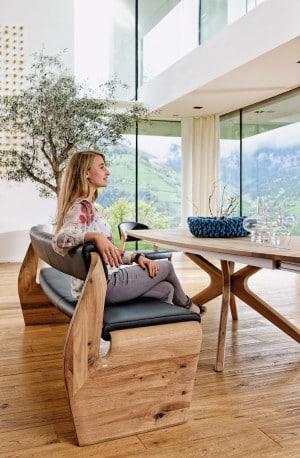 Die Linie V-Alpin aus Eichen-Altholz zeigt, wie elegant Möbelstücke aus Naturholz sind. Die Sitzbank beweist Zeitlosigkeit und Hochwertigkeit. (Foto: epr/Voglauer)