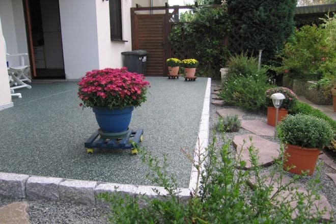 Natursteinteppiche werden fugenlos verlegt und bilden somit einen ansehnlichen und langlebigen Bodenbelag für den Außenbereich. Foto: djd/Risto
