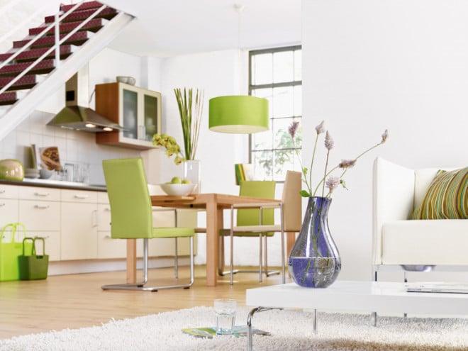 Damit auch Wohn- und Esszimmer ihr strahlendes Weiß nicht verlieren: Wer seine Wände mit einer reinigungsfähigen Farbe anstreicht, wischt Verschmutzungen ganz einfach mit einem feuchten Lappen weg. (Foto: epr/Alpina)