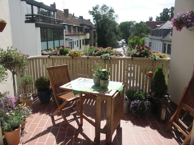 Mit der richtigen Bepflanzung kann man sich eine kleine Wohlfühl-Oase auf dem Balkon schaffen. Foto: djd/Gütegemeinschaft Substrate für Pflanzen