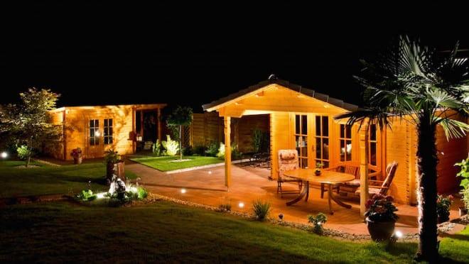 Am Abend wird das Gartenhaus zum Partymittelpunkt. Hier läuft das Grillfest auch dann weiter, wenn ein Sommergewitter den Plänen einen Strich durch die Rechnung macht. Foto: djd/Butenas GmbH & Co. KG