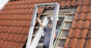 Fenstertausch leicht gemacht: Die Modernisierung von Dachfenstern kann der Fachhandwerker zumeist in nur einem Tag erledigen. Foto: djd/VELUX