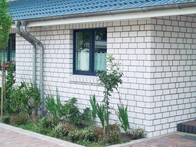Hauswände aus Kalksandstein besitzen eine hohe Wärmespeicherfähigkeit. Daher winken bei der Verwendung des Baustoffs attraktive Förderungen. (Foto: epr/Bundesverband Kalksandsteinindustrie e.V.)