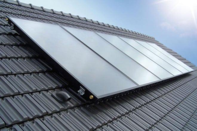"""Sonnige Heizung mit rosigen Förderaussichten: Wird bei einer Heizungssanierung auch Solarthermie installiert, können nun 20 Prozent """"APEE-Zuschuss"""" auf die MAP-Förderung beantragt werden. Foto: djd/BDH/sonnigeheizung.d"""
