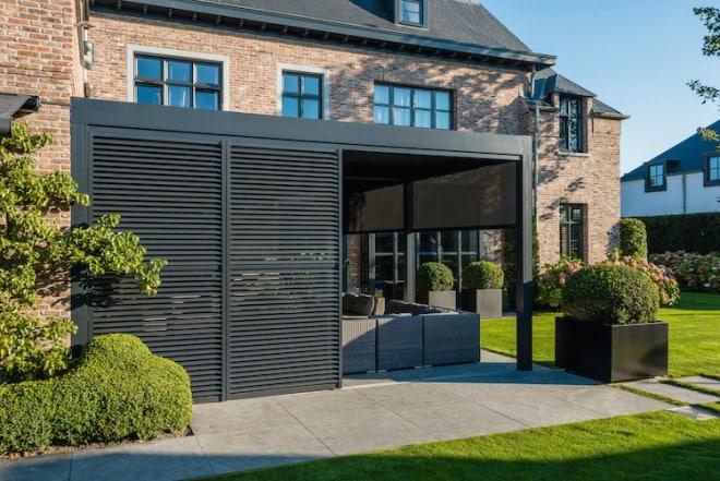 Die Aluminium-Lamellen der Loggia-Schiebeläden Loggialu sorgen für einen ganz besonderen optischen Effekt – ein echter Hingucker im Außenbereich. (Foto: epr/RENSON)