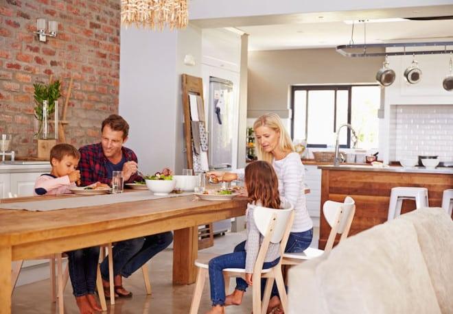 Die neue Großzügigkeit: Küchen verschmelzen heute mit dem übrigen Wohnraum zu einer Einheit. Foto: djd/Süd-West-Kreditbank/thx