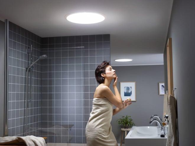 Wer sich im Badezimmer zurechtmacht, profitiert von natürlicher Belichtung – hier über zwei Tageslicht-Spots von Velux. (Foto: Velux/epr)