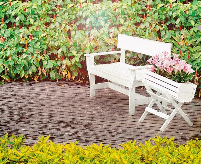 Lieblingsplatz: Die Sitzecke ist im Sommer aus dem Garten nicht wegzudenken. Den richtigen Schutz vor schädigenden Einflüssen verleiht ein strapazierfähiger Lackanstrich. (Foto: epr/Alpina)