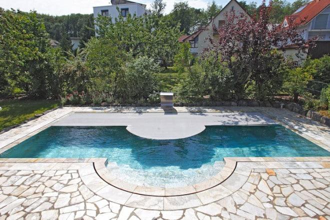 Mehr aus dem Pool machen: Sowohl optisch als auch in Sachen Komfort und Funktion lohnt sich bei älteren Anlagen eine Modernisierung. Foto: djd/Bundesverband Schwimmbad & Wellness e.V.