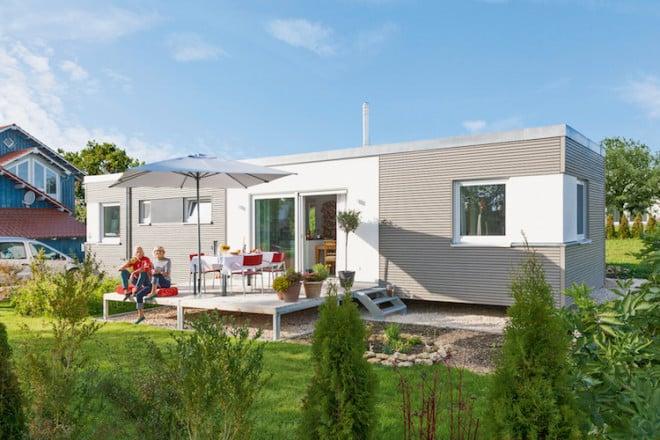 """Mit einem """"Minihaus"""" im Garten ist man sowohl Kindern als auch Enkeln nah und verfügt trotzdem über seine ganz eigenen vier Wände. Dank des Wohnmoduls – auf Wunsch barrierefrei – muss niemand das Familiengrundstück verlassen. (Foto: epr/SchwörerHaus)"""
